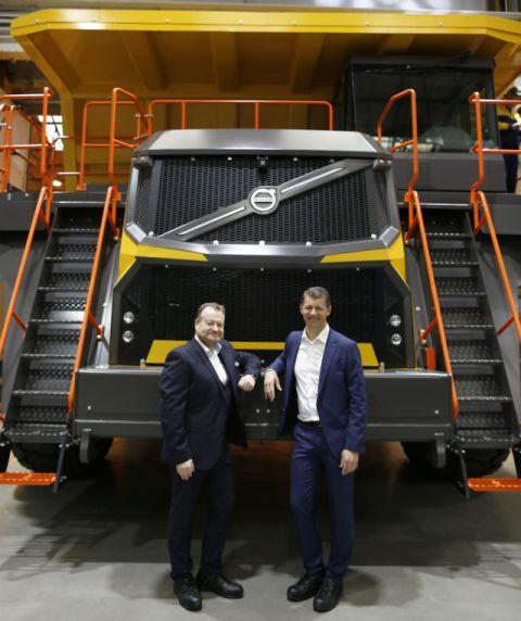 Мелкер Йернберг, президент на Volvo CE (отдясно), и Пол Дъглас, вицепрезидент Самосвали Volvo с твърда рама, позират пред Volvo R100E